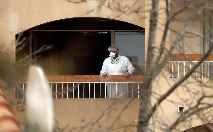 Een verzorgingshuismedewerker in beschermende kleding in Mauguio, nabij Montpellier.