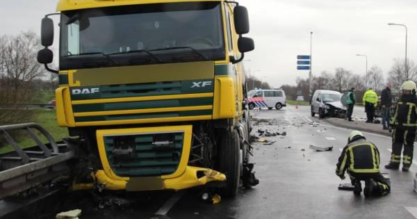 Ravage oprit A1 bij Holten door aanrijding tussen vrachtwagen en bestelbus.