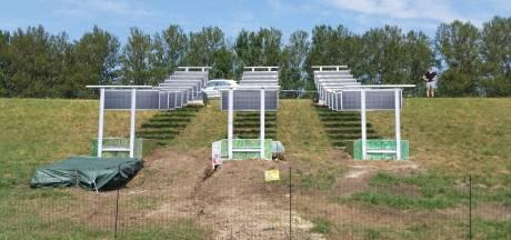 Nieuw in Nederland: hangende zonnepanelen, op proef in Zeewolde