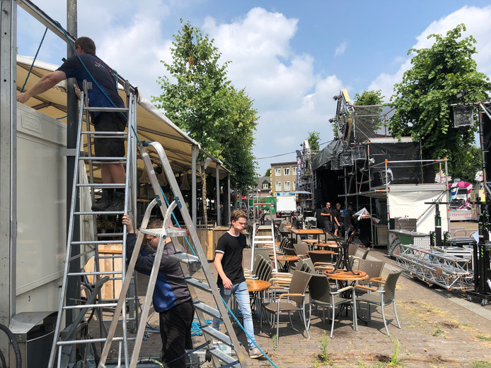 Ook de horeca aan de Markt is druk bezig met het opbouwen van podia en overkappingen.