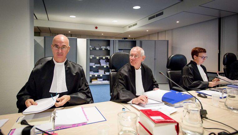 Rechters J. van Steen, voorzitter R. Elkerbout en S. Bierling in de speciaal beveiligde rechtszaal de bunker voor aanvang van de strafeis in het grote Haagse jihadproces. De bekendste verdachten zijn Azzedine C. alias Abou Moussa, Rudolph H. en Oussama C. Beeld ANP