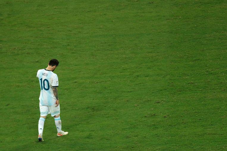 De zwaar teleurgestelde Lionel Messi direct na afloop van het duel met Colombia. Beeld BSR Agency
