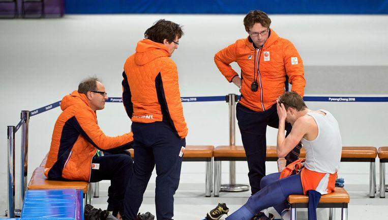 Teleurstelling bij Sven Kramer en, van links af, zijn trainer Jac Orie, fysiotherapeut Nico Hofman en assistent-coach Bjarne Rykkje Beeld Klaas Jan van der Weij / VK