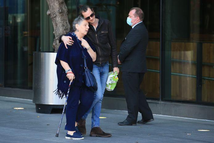 Nabestaanden van de slachtoffers zoeken steun bij elkaar na het horen van de uitspraak.