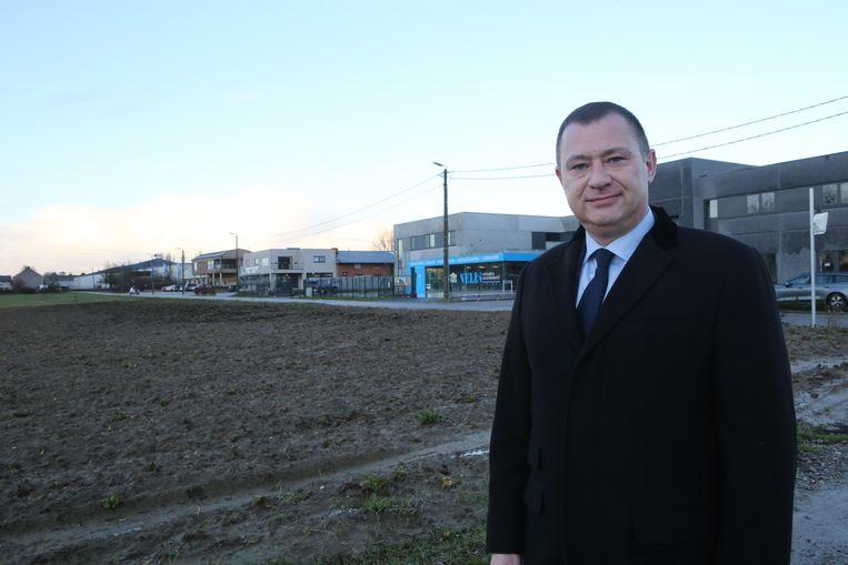 Peter Reekmans aan de locatie waar gronden verkaveld worden voor een kmo-zone.