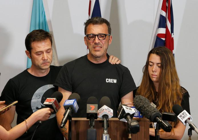 Een geëmotioneerde vader Laurent Hayez, bijgestaan door Théo's peter en nichtje, sprak maandag de Australische pers toe.