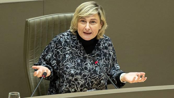 """Minister Crevits hard voor banken: """"Schandalig dat ze ondernemers vragen om spaarrekening van kinderen leeg te halen"""""""