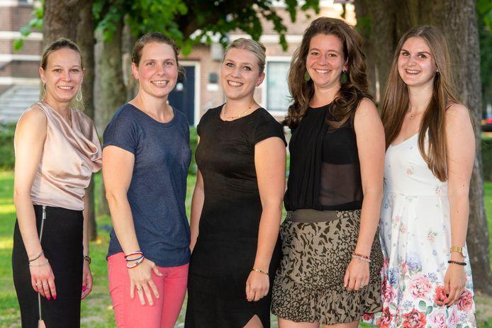 Vijf jonge vrouwen in de Oisterwijkse gemeenteraad: Geertje Mink (CDA), Inge van Beers (AB), Marieke Moorman (PGB), Stefanie Vulders (PrO) en Myrte Hesselberth (PrO).