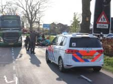 Fietsster zwaargewond door botsing met kraanwagen in Lunteren