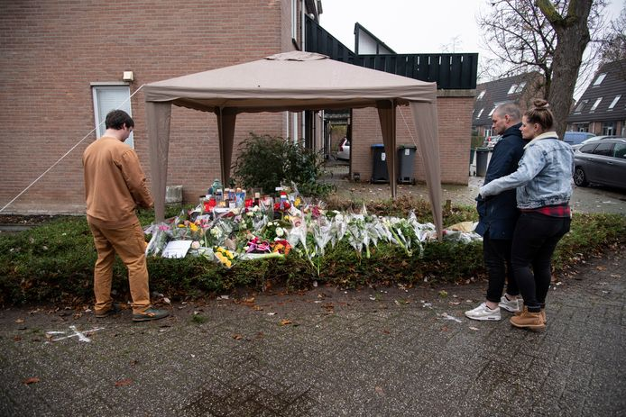 De bloemenzee die is ontstaan in Wijchen, op de plek waar de 42-jarige Sebastiaan overleed.