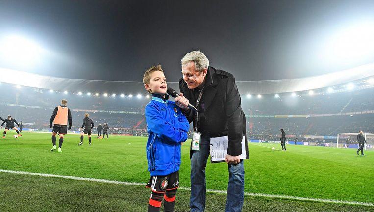 Stadionspeaker Peter Houtman interviewt voor de wedstrijd de mascotte van de week. Beiden voorspelden dat het 3-1 zou worden. Beeld Guus Dubbelman / de Volkskrant