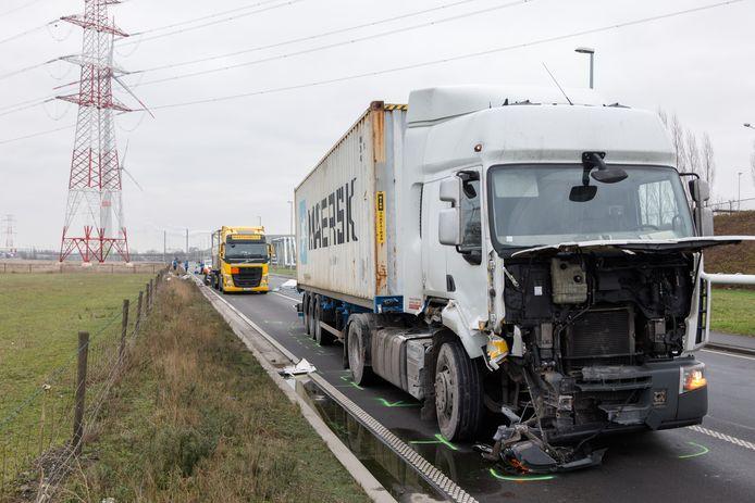 De achterste vrachtwagen geraakte beschadigd.