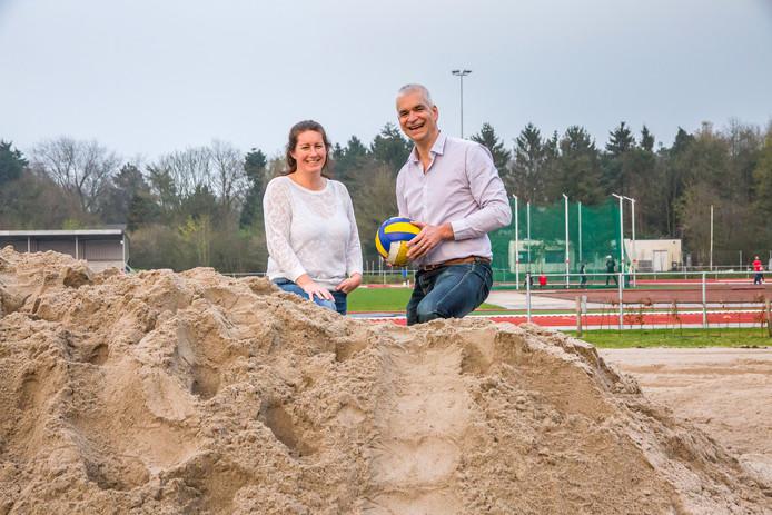 Meike van Wezel en Ron Bartels achter de berg zand die straks een beachvolleybal veld gaat worden op sportpark Vierhoeven. Foto Gitta Matthijssen / Pix4Profs