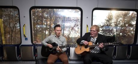 Treinreizigers verrast met live optredens op de Dag van de Achterhoekse popmuziek