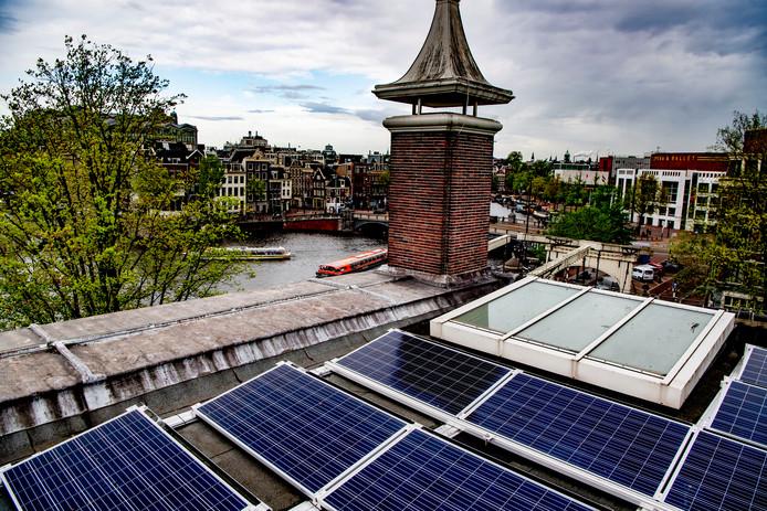 Zonnepanelen op het dak van de Hermitage in Amsterdam, foto ter illustratie