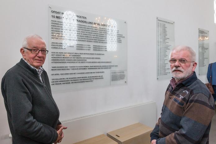 Guus van Wifferen en Flip Jonkman hebben in de Nicolaaskerk in Heino een gedenkbord onthuld ter nagedachtenis aan de familie Haye.