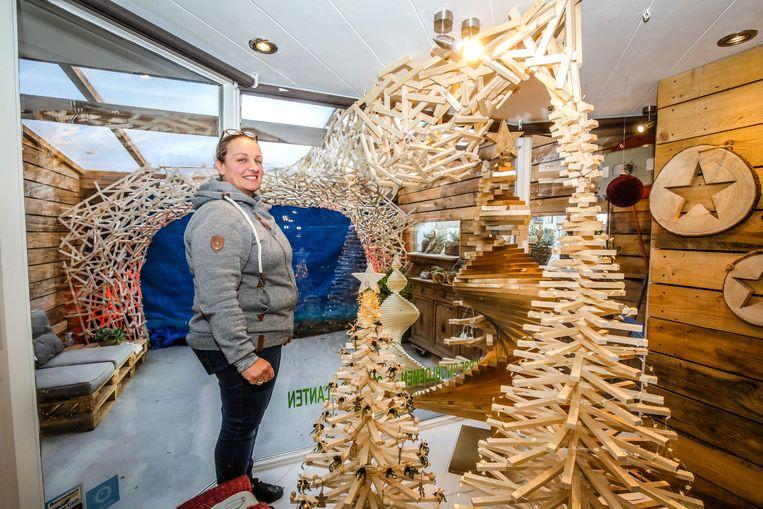Els Vuylsteke verwerkte 540 meter houten latjes in deze bijzondere kerstconstructie