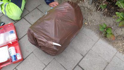 Vuilnisman ernstig gewond door mes in afvalzak