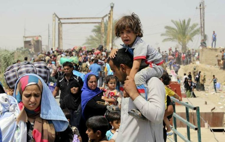Uit Ramadi gevluchte soennieten in de buitenwijken van Bagdad. Pas als zeker is dat ze geen banden met IS onderhouden, mogen ze de stad in. Beeld reuters