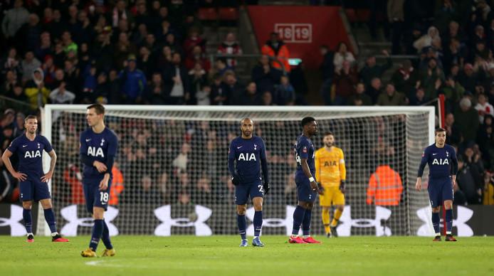 De spelers van Tottenham Hotspur druipen af na de late gelijkmaker van Boufal.