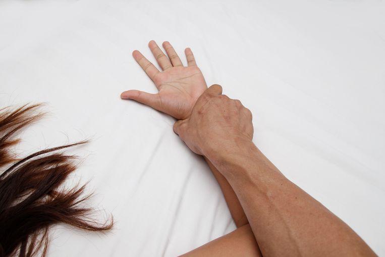 De werkwijze van de arts varieerde: soms deed hij stiekem drugs in de drankjes van de vrouwen, soms smeerde hij cocaïne onder zijn voorhuid zonder dat de vrouw met wie hij seks had, daarvan wist.