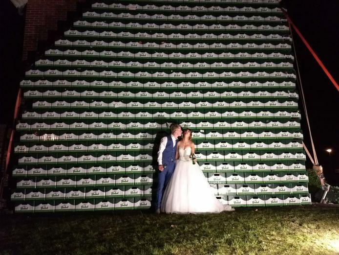 Bruidspaar Wouter en Joëlla voor hun tot bierkathedraal omgebouwde woning.