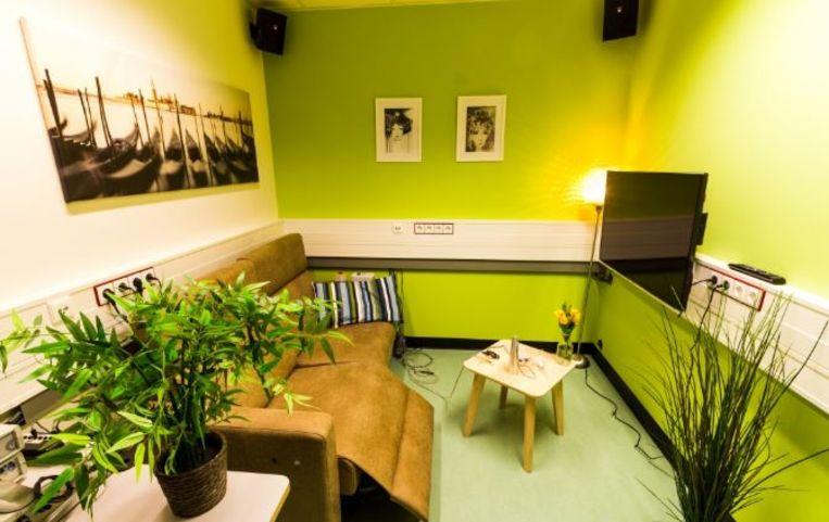 Het labo werd ingericht en aangekleed met een zetel, tv en wat plantjes.
