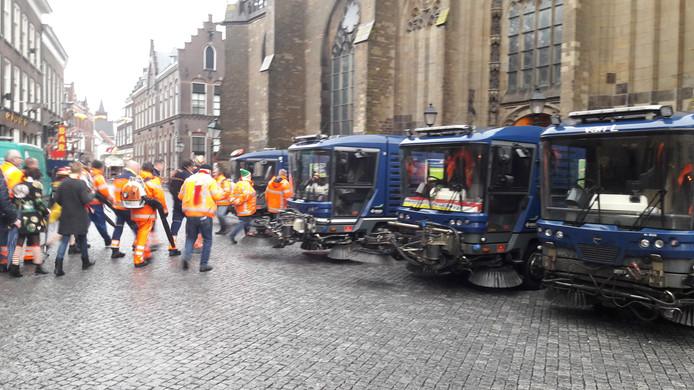 De schoonmaakploeg van Den Bosch werd zondag gehuldigd door Oeteldonkers in de Sint-Jan.