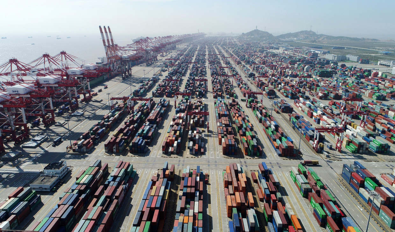 Export Containers staan klaar in de haven van Shanghai. Beeld null
