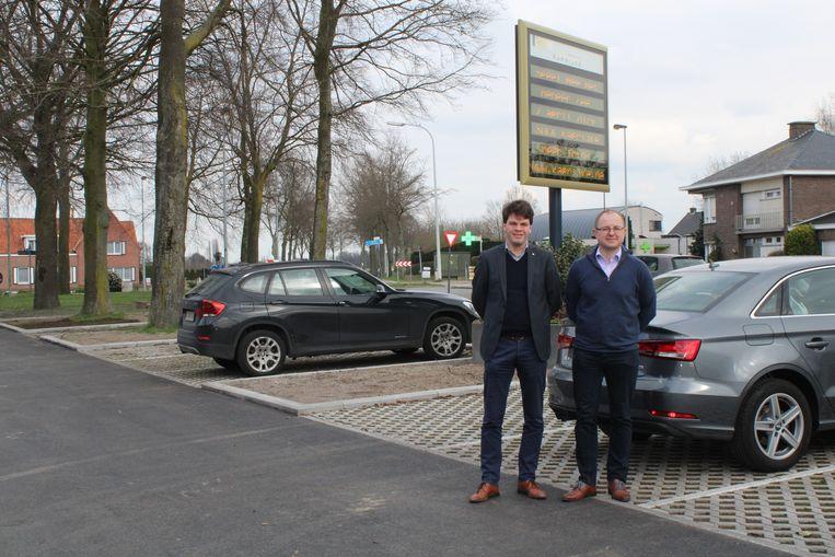Burgemeester Pieter Claeys en schepen Hendrik Van de Veere aan Aveschoot.
