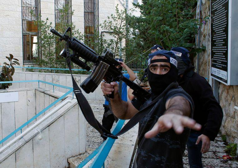 Een Israëlische politie-agent inspecteert het gebied rond de synagoge. Beeld reuters
