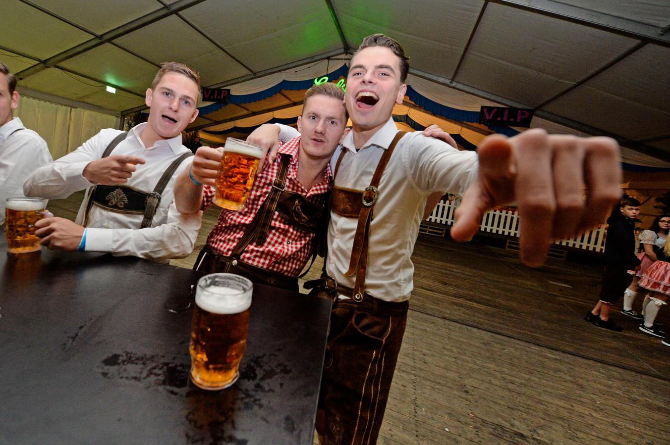 Lekker feesten in lederhosen op het Oktoberfest in Geerdijk.