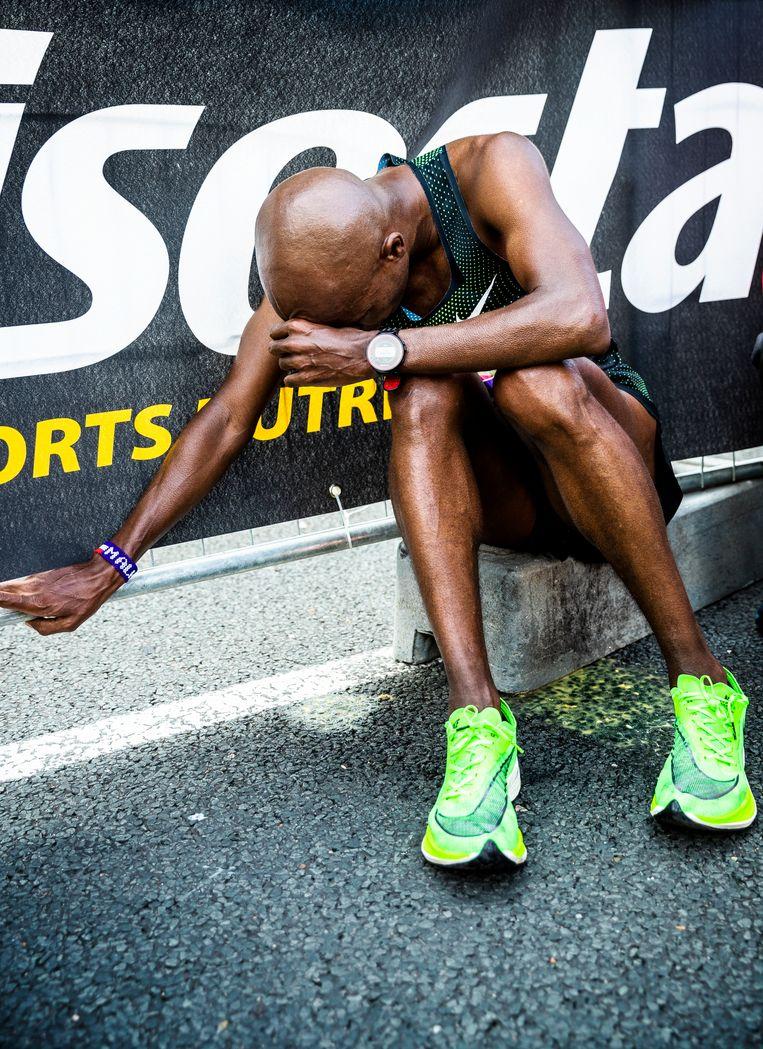 Beste Nederlander Mohammed Ali leegt na de finish zijn maag. Beeld Jiri Büller
