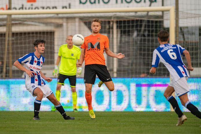 Wouter Marinus speelt een half uur als spits mee in de oefenwedstrijd tussen HHC en SC Heerenveen O21.