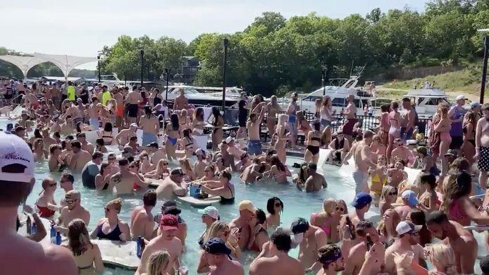 Vakantiegangers vieren Memorial Day bij Lake of the Ozarks in Missouri .