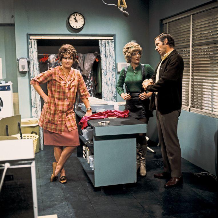 Adele Bloemendaal, Willeke van Ammelrooy en Piet Romer in t Schaep met de 5 Pooten in 1969. Beeld ANP Kippa