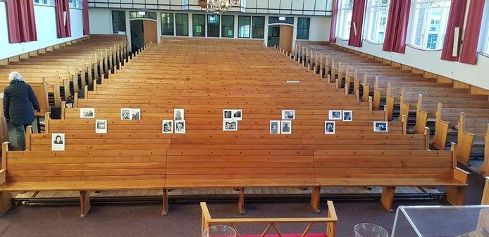 Op de kerkbanken zijn foto's van de gemeenteleden geplakt.