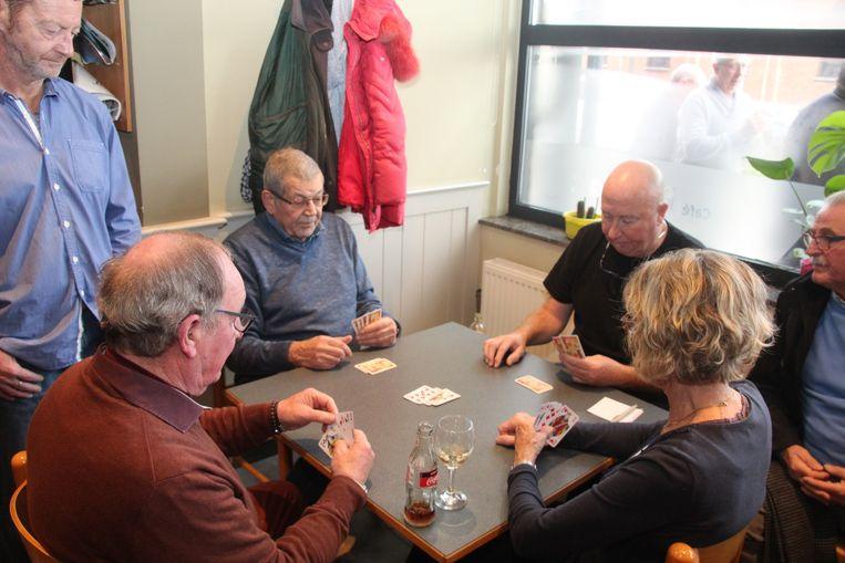 In Café De Klok in Erondegem werd 25 uur onafgebroken gespeeld om geld in te zamelen voor het onderzoek naar speekselklierkanker. Tegen het venster Jo Callebaut, tijdens zijn allerlaatste kaartspelletje.