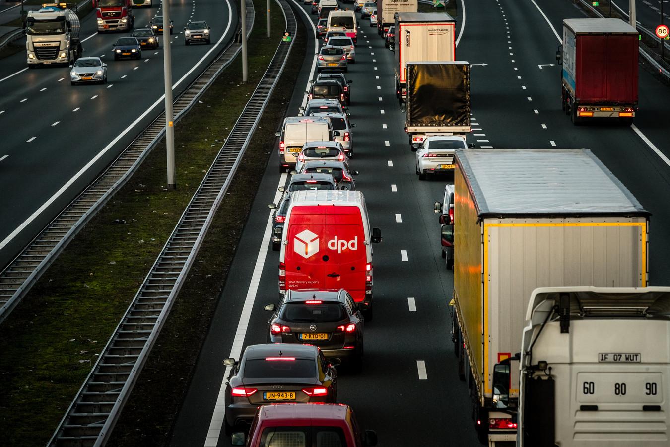 EINDHOVEN - File op de A2 vanuit Eindhoven richting het noorden. Door diverse stakingen in onder andere het openbaar vervoer wordt een drukke ochtendspits verwacht.