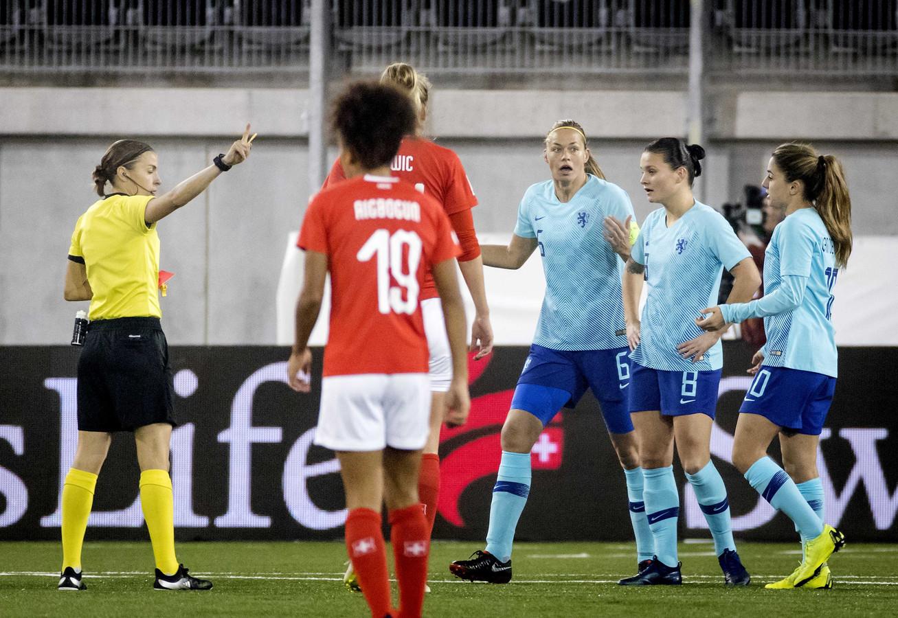 Anouk Dekker (6) krijgt al vroeg rood na het neerhalen van Ramona Bachmann. Oranje speelt vanaf de zevende minuut met een 'mannetje' minder.