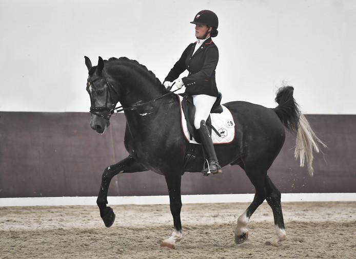 Thamar Zweistra tijdens de kampioenschap voor zesjarige paarden.