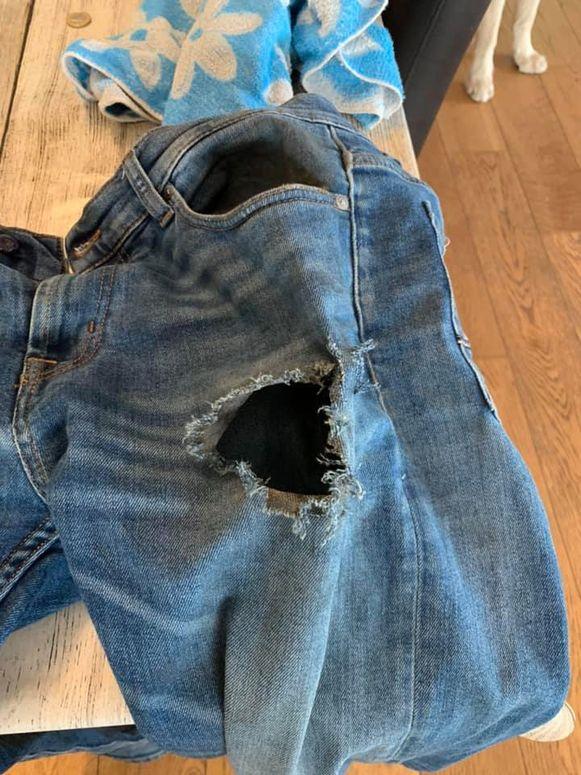 Door de steekvlam begon de jeansbroek van Toon Velle te branden. Er zit nu een gat in zijn broek.