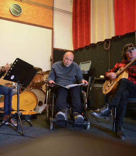 De mannen van Il Trios Mankementos spelen 'ouwe meuk' vanuit het hart