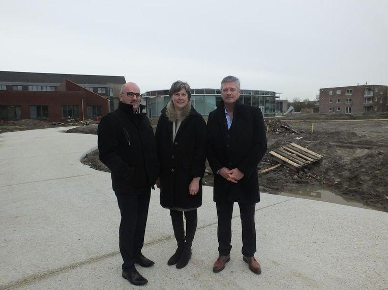 Secretaris Marc Van Praet, voorzitster Conny De Spiegelare en financieel beheerder Carl Maebe met achter hen het Donzapark dat wordt aangelegd.