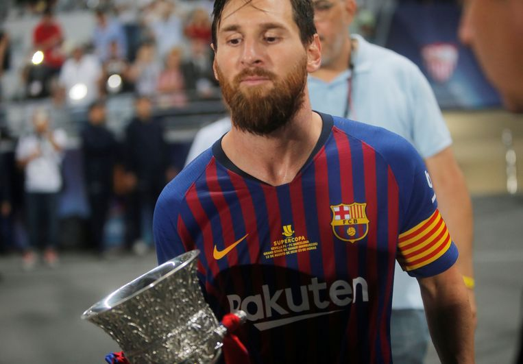 Messi pakte zondag in het Marokkaanse Tanger de Spaanse Supercup na 2-1 winst tegen Sevilla.
