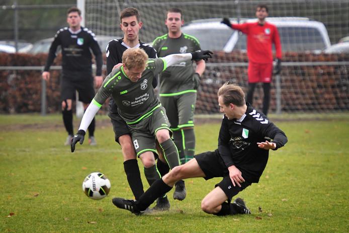 De wedstrijd in de vierde klasse tussen Krayenhoff en SCP (donkere shirts).