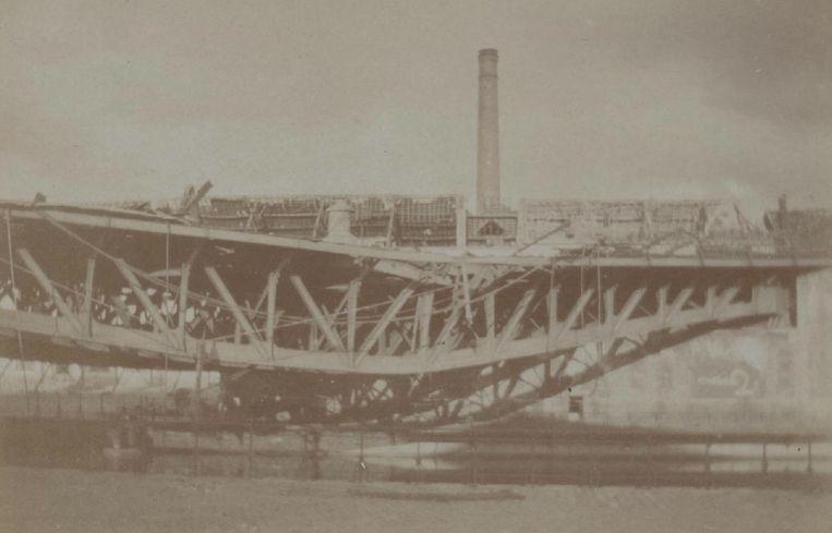 Om de opmars van het Duitse leger tegen te houden besluit het Belgische leger de spoorwegbrug over de Dender in Aalst te dynamiteren.