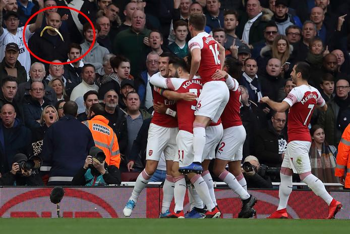Uit het publiek wordt een bananenschil  gegooid naar doelpuntenmaker Pierre-Emerick Aubameyang.
