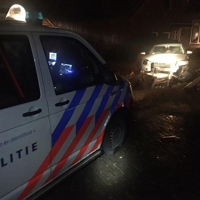 In Winssen botste de man die in de nacht van zondag op maandag werd achtervolgd tegen een lantaarnpaal en daarna tegen een boom.