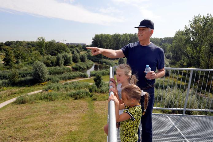 Vlaardinger Dick Hofman staat met zijn kleinkinderen Lilian en Marly op de uitkijktoren.